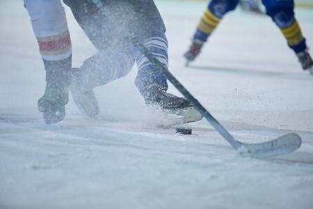 hockey sobre hielo: jugador de hockey sobre hielo en la acción patadas con palo