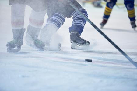 ijshockeyspeler in actie schoppen met stok