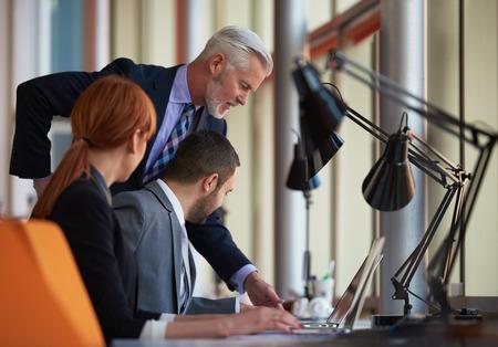 mensen uit het bedrijfsleven groep met jonge volwassenen en senioren op vergadering op moderne lichte kantoor interieur. Stockfoto