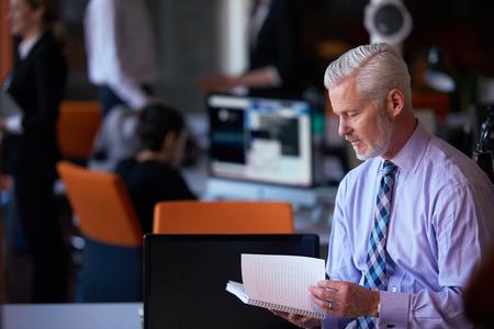 オフィスで彼はチームの上級ビジネスマン。ビジネス人々 のグループ