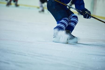 hockey sobre hielo: jugador de hockey sobre hielo en la acci�n patadas con palo