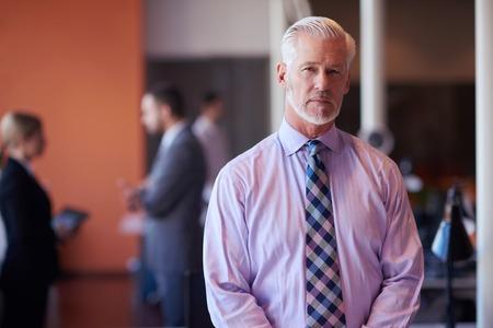 senior zakenman met zijn team op kantoor. bedrijfsmensengroep