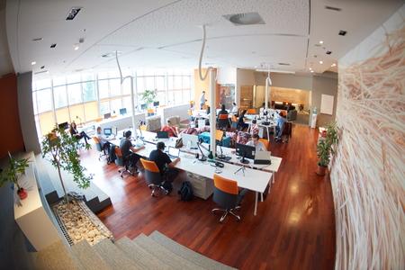 oficina: grupo de personas de negocios de inicio de trabajo de trabajo todos los días en la oficina moderna