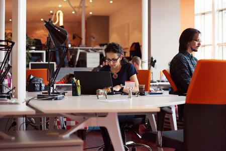 Startup-Unternehmen, eine Frau auf Laptop-Computer im modernen Büro