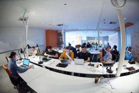 grupos de personas: grupo de personas de negocios de inicio de trabajo de trabajo todos los días en la oficina moderna