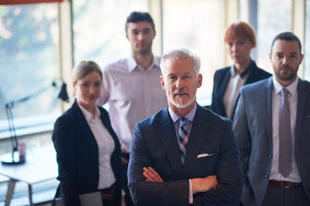 Senior Geschäftsmann mit seinem Team im Büro. Geschäftsleute Gruppe Standard-Bild - 49118023