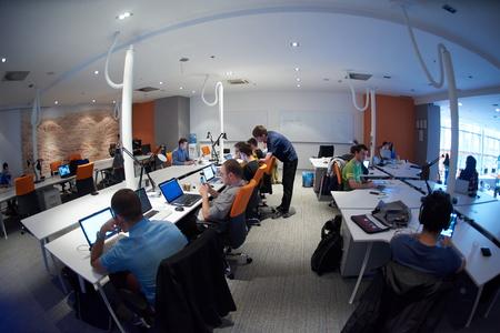 Démarrage groupe de gens d'affaires travaillant travail quotidien au bureau moderne Banque d'images - 49118170