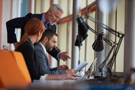 Geschäftsleute Gruppe mit jungen Erwachsenen und älteren auf die Erfüllung bei modernen hellen Büro Interieur. Standard-Bild