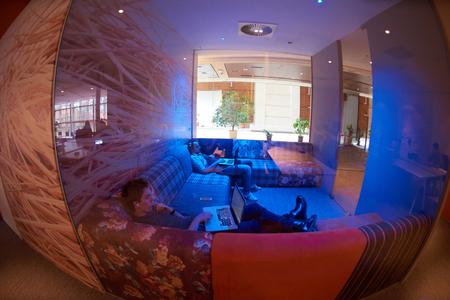 personas trabajando en oficina: grupo de personas de negocios de inicio de trabajo de trabajo todos los días en la oficina moderna