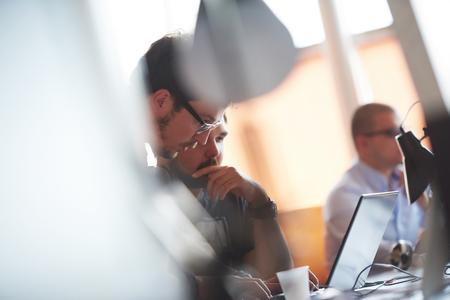 Start Geschäftsleute Gruppe arbeiten tägliche Arbeit im modernen Büro Standard-Bild