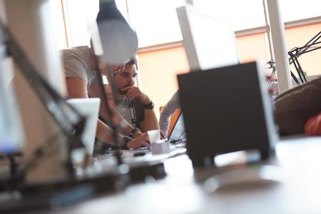 Start Geschäftsleute Gruppe arbeiten tägliche Arbeit im modernen Büro Lizenzfreie Bilder