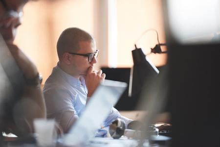 beau jeune homme: D�marrage d'une entreprise, d�veloppeur de logiciels travaillant sur ordinateur au bureau moderne