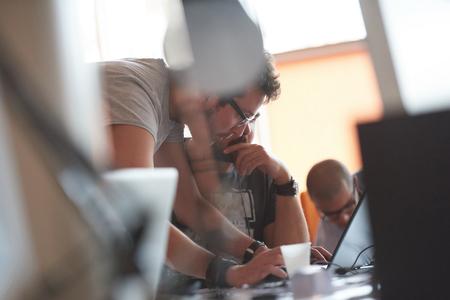 insanlar: Modern ofiste günlük iş çalışan başlatma iş adamları grubu