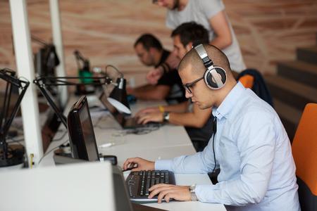 bel homme: D�marrage d'une entreprise, d�veloppeur de logiciels travaillant sur ordinateur au bureau moderne