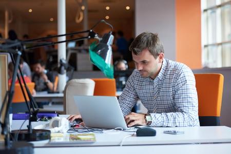 Démarrage d'une entreprise, développeur de logiciels travaillant sur ordinateur au bureau moderne Banque d'images - 49294121
