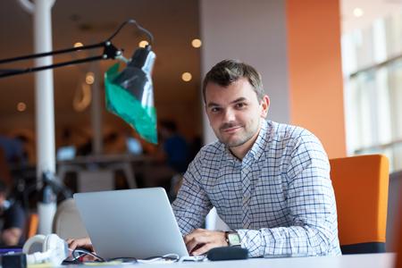 trabajando: negocio de inicio, desarrollador de software, trabajando en equipo en la oficina moderna Foto de archivo