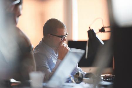 utbildning: nystartat företag, programvaruutvecklare arbetar på datorn på moderna kontor
