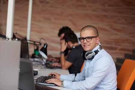 personas trabajando en oficina: negocio de inicio, desarrollador de software, trabajando en equipo en la oficina moderna Foto de archivo