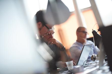 スタートアップ ビジネス人々 のグループ作業近代的なオフィスで毎日仕事 写真素材