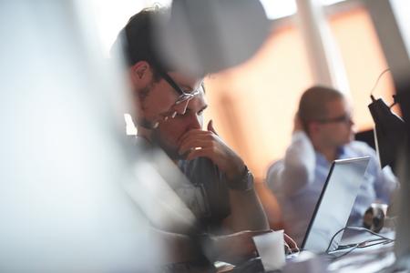 empleados trabajando: grupo de personas de negocios de inicio de trabajo de trabajo todos los d�as en la oficina moderna