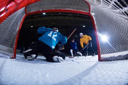 アクションの目標にアイス ホッケーのゴールキーパー プレーヤー