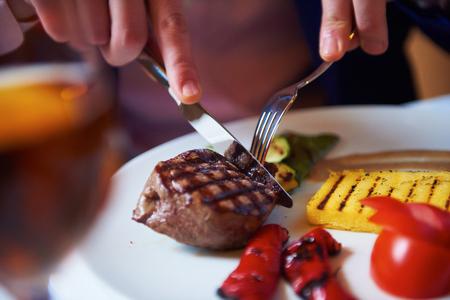 hombre comiendo: Hombre de negocios comer carne de res stak sabrosa en el restaurante