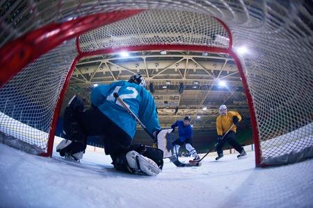 Eishockey-Torwart Spieler aufs Tor in Aktion