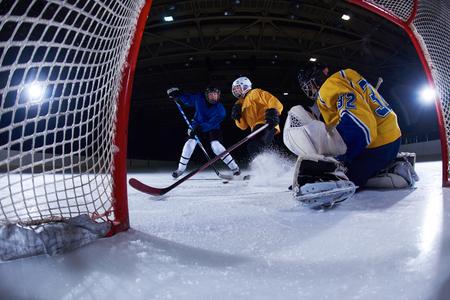 arquero de futbol: portero jugador de hockey sobre hielo de gol en la acción