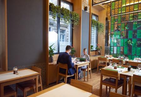 mujeres sentadas: hombres de negocios reunidos en el moderno restaurante, pareja romántica de cenar y tomar copa después del trabajo