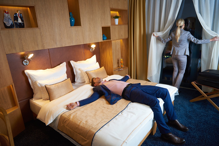 Esposas: joven pareja relajada y feliz en la habitación moderna