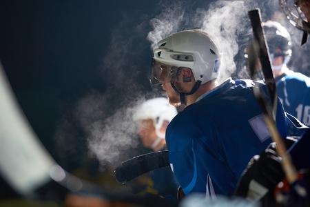 patín: jugadores de hockey sobre hielo, grupo de personas, amigos del equipo espera y relax en el banco al inicio del juego