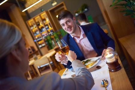 parejas romanticas: hombres de negocios reunidos en el moderno restaurante, pareja romántica de cenar y tomar copa después del trabajo