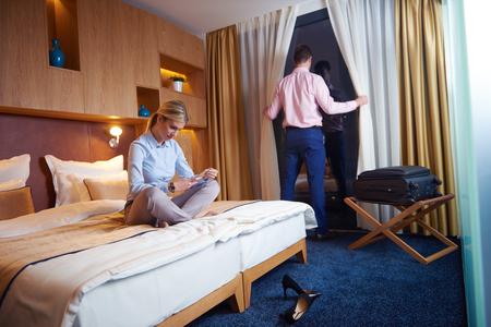 détendu et heureux jeune couple dans la chambre d'hôtel moderne