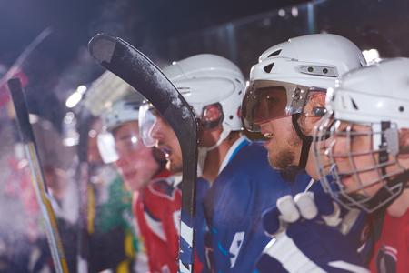 hockey hielo: jugadores de hockey sobre hielo, grupo de personas, amigos del equipo espera y relax en el banco al inicio del juego