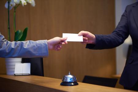 recepcion: Pareja en un viaje de negocios haciendo check-in en el hotel Foto de archivo