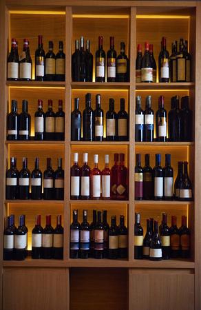 Weinflaschen auf Holzregal im modernen restaurant interior
