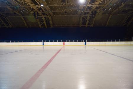 hockey sobre cesped: pista de hielo vacío, el hockey y el patinaje bajo techo arena
