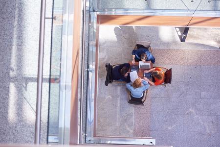 trabajo en equipo: grupo de estudiantes que trabajan en proyecto la escuela juntos en la universidad moderna, concepto de negocio superior vista el trabajo en equipo