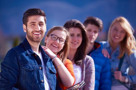 colegios: grupo de estudiantes felices divertirse al aire libre en el parque del campus universitario Foto de archivo