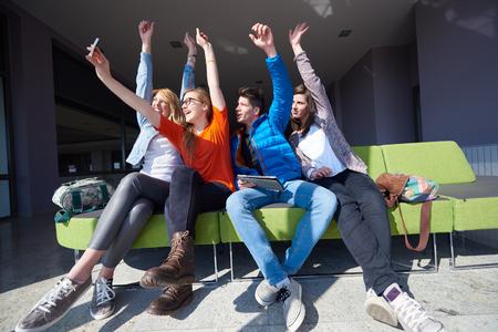 Gelukkige studenten groeperen selfie met smartphone en tablet computer