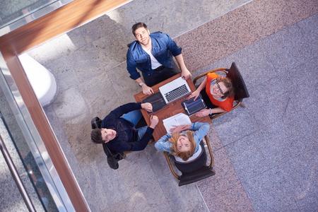 adolescentes estudiando: grupo de estudiantes que trabajan en proyecto la escuela juntos en la universidad moderna, concepto de negocio superior vista el trabajo en equipo