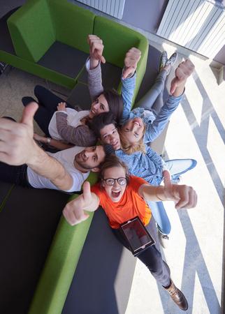 estudiantes universitarios: grupo de estudiantes trabajando en proyecto de la escuela juntos en la computadora de la tableta en la universidad moderna