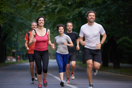 hacer footing: grupo de gente correr, los corredores del equipo en el entrenamiento de la mañana