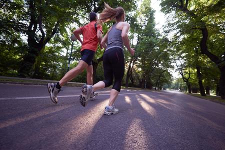 도시 스포츠 건강한 커플 조깅
