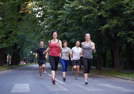 personas corriendo: grupo de gente correr, los corredores del equipo en el entrenamiento de la mañana