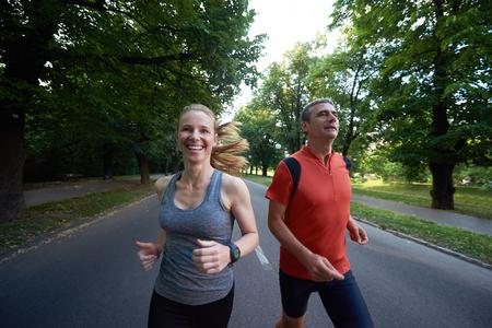 atletismo: deportes urbanos pareja trotar sana