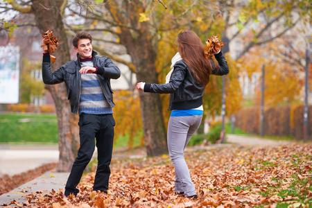 uomo felice: romantic young couple have fun in city park at autumn season Archivio Fotografico