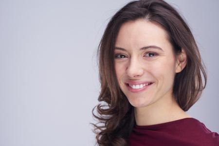 брюнетка: Портрет молодой женщины на белом фоне в студии