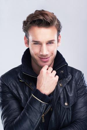 viso uomo: bel ritratto giovane uomo isolato su sfondo bianco in studio