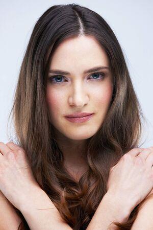 sexy nackte frau: Porträt der jungen nackte Frau, brünett isoliert im Studio